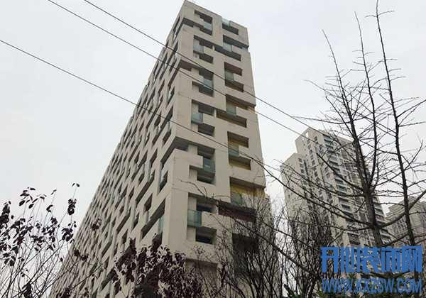 新小区入住1年,外墙砖块频繁脱落让人担心,住宅外墙材料用哪种不易掉落